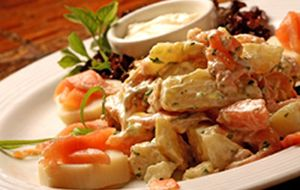 Salada de batata com salmão defumado ao molho de iogurte