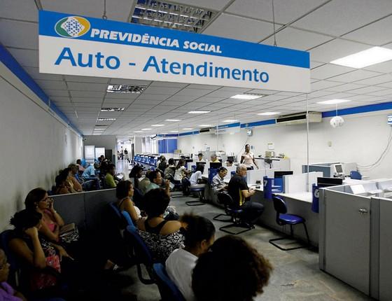 Fila de espera em posto do INSS (Foto: Fernando Amorim/ A Tarde/ Futura Press)