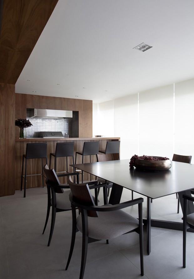A sala de jantar ganhou cadeiras do designer Sergio Fahrer para completar a mesa da Brentwood. As baquetas, ao fundo, são da Casa Matriz. E cozinha foi inteira desenhada pela Ciça e executada pela GRA Marcenaria. Os eletrosdomésticos são todos da Eletrolux (Foto: Marco Antônio/Divulgação)