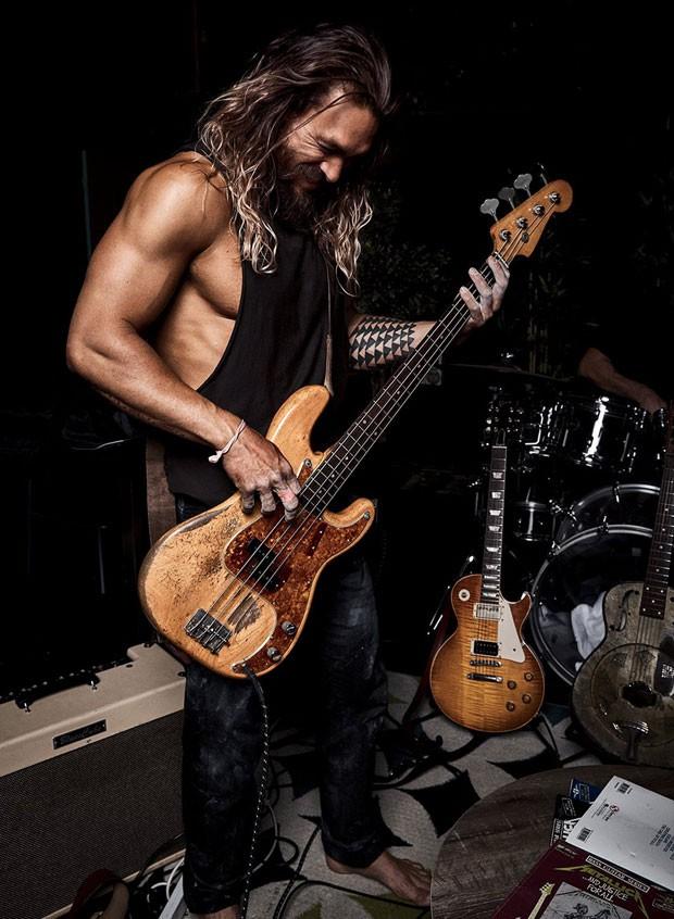 Jason Momoa com a guitarra que comprou com seu cachê (Foto: Men's Health / Reprodução)