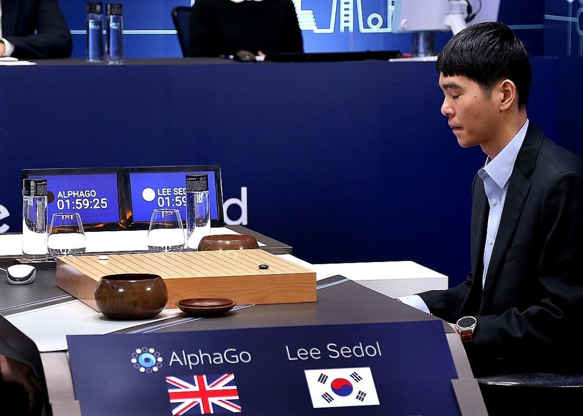 Lee Sedol (à direita) analisando os movimentos do oponente AlphaGo (Foto: Divulgação/Google)