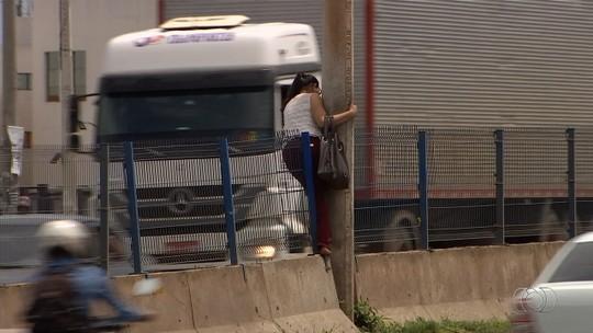 Pedestres se arriscam em meio ao tráfego para atravessar BR-153; vídeo