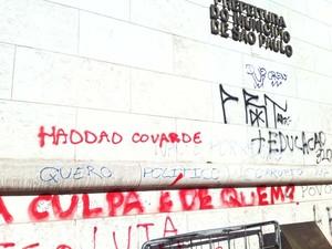 Prefeitura de SP também foi alvo de vandalismo; nome de Haddad foi pichado durante protesto na terça (18). (Foto: Tatiana Santiago/G1)