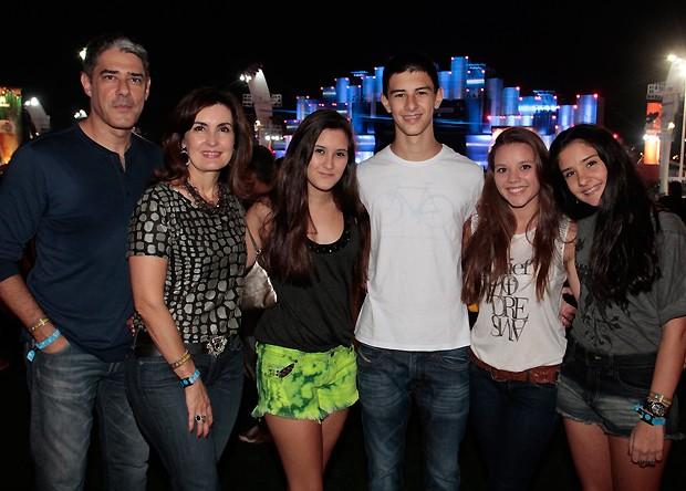 Bonner e Fátima com os filhos e a namorada de Vinícius, Caroline Figueiredo (Foto: Reginaldo Teixeira/Revista QUEM)