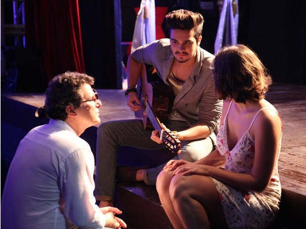 Luan e Maria Luiza recebem as orientações do diretor Luiz Henrique Rios (Foto: Pedros Cury / TV Globo)