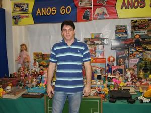 Rogério com a coleção (Foto: Lívia Torres / G1)