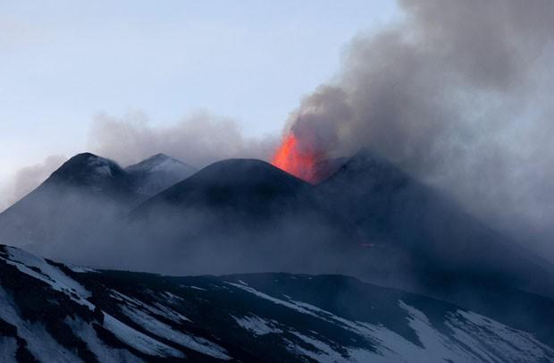 Foto feita na quinta (11) mostra cinzas e lavas do Etna (Foto: Antonio Parrinello/Reuters)