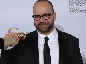 Paul Giamatti segura a estatueta de vencedor na categoria 'Melhor ator musical ou comédia' pela atuação em 'Barney's version'. (Foto: Matt J. Terrill / AP)
