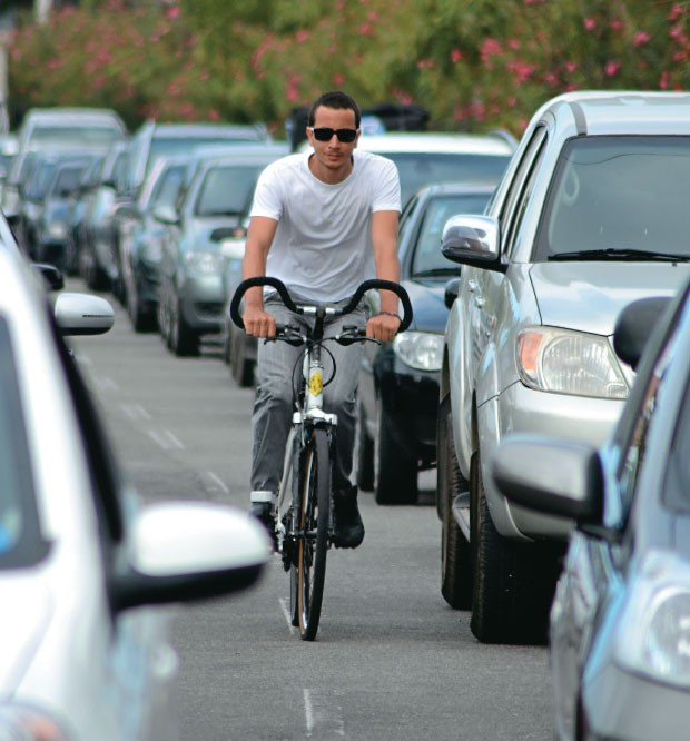 """APERTO O arquiteto Felippe César Santana,  de 26 anos, pedala nas ruas de Aracaju. """"Os motoristas  não respeitam  os ciclistas"""", afirma  (Foto: Márcio Garcez/ÉPOCA)"""