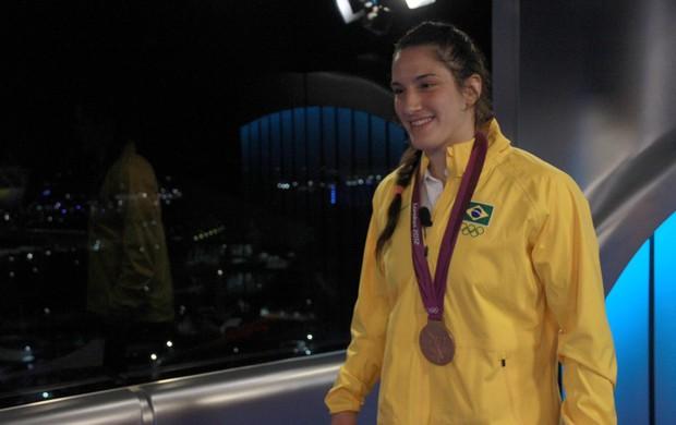 Mayra Aguiar no estúdio do SporTV em Londres (Foto: Thiago Lavinas/SporTV.com)