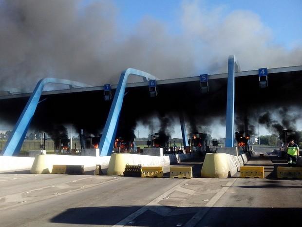 Cabines do pedágio entre Cosmópolis e Paulínia foram queimadas em protesto (Foto: Eduardo Sozo/EPTV)