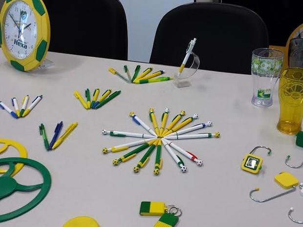 Produtos de uma empresa de Campinas voltados para a Copa do Mundo do ano que vem (Foto: Luciano Calafiori/G1)