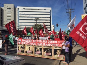 Faixas foram usadas pelos manifestantes para demonstrar insatisfação (Foto: Michelle Farias/G1)