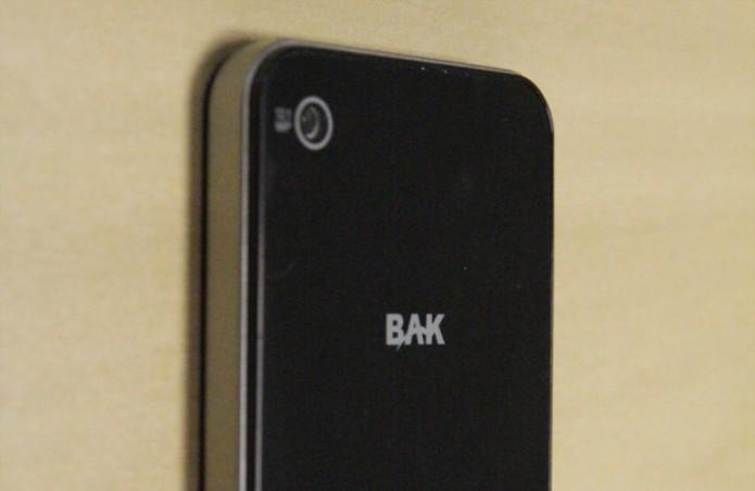 Traseira do Hiphone da Bak com destaque para a câmera de 12 megapixels (Foto: Isadora Díaz/TechTudo)