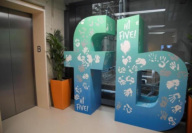 Hall dos elevadores do novo escritório do Facebook em Londres (Foto: Reuters)