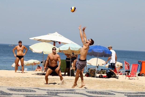Rodrigo Hilbert na praia (Foto: JC Pereira/ Ag. News)