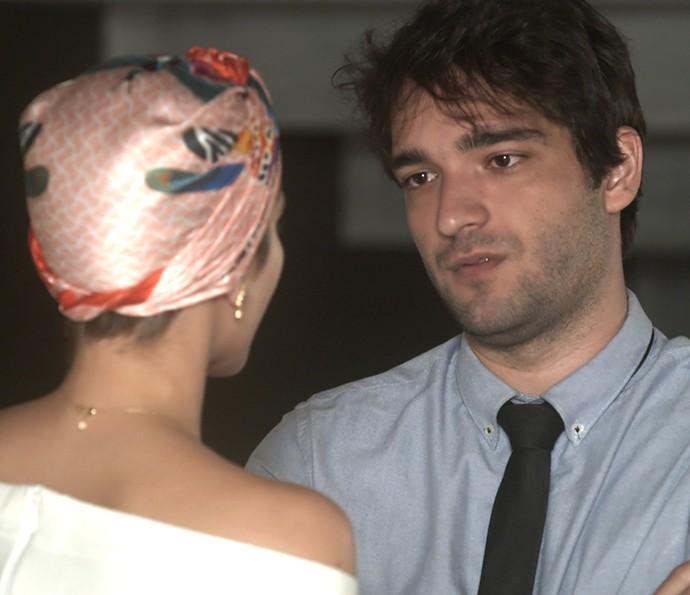 Tiago pede para conversar com Letícia após Tião anunciar noivado (Foto: TV Globo)