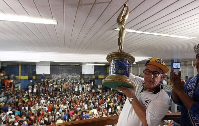 Fernando Horta Unidos da Tijuca taça campeão carnaval (Foto: André Mourão/Agência Estado)