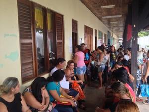 Ponto de atendimento na Zona Sul ficou lotado de pais pedindo orientação (Foto: Abinoan Santiago/G1)