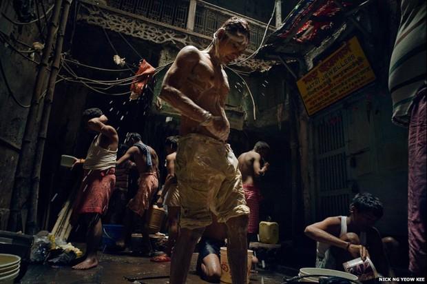 A foto do malaio Nick Ng Kee de pessoas tomando banho na Velha Calcutá foi feita em uma manhã de outubro de 2014 e ganhou na categoria 'pouca luz' (Foto: Nick Ng Yeow Kee)