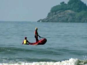 Bombeiros buscam homens desaparecidos no litoral de SP (Foto: Reprodução/TV Tribuna)