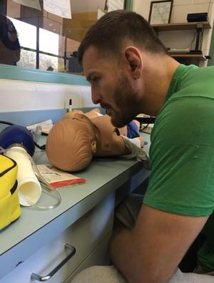BLOG: Três dias após defender cinturão, Stipe Miocic volta ao trabalho de bombeiro