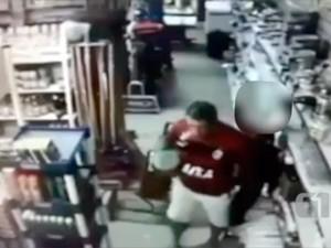 Vídeo que mostra o homem apalpando a criança foi gravado pelas câmeras do próprio supermercado (Foto: Reprodução/Inter TV Cabugi)