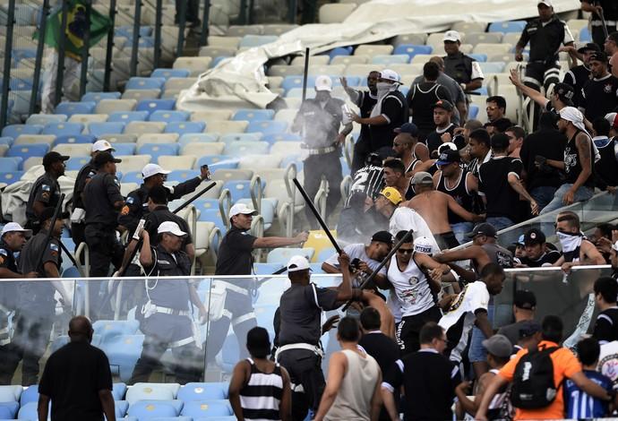 Torcida do Corinthians entra em conflito com policiais no Maracanã (Foto: André Durão / GloboEsporte.com)