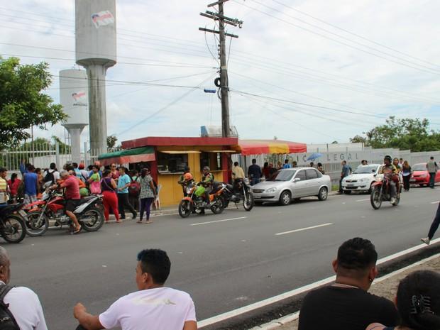 Familiares aguardam por informações do lado externo do IML (Foto: Suelen Gonçalves/ G1 AM)