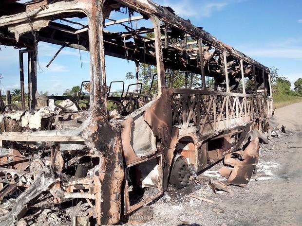Ônibus ficou completamente destruído. (Foto: Glaydson Castro/ TV Liberal)