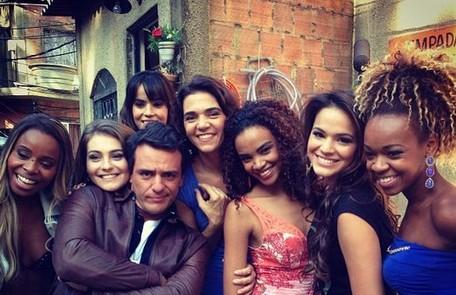 O galã faz pose em foto com Roberta Rodrigues, Aimée Madureira, Brendha Haddad, Solange Badim, Lucy Ramos e Bruna Marquezine Reprodução