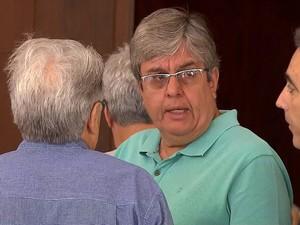 Moacir Brant, irmão de Fernando Brant, se emociona no velório, em Belo Horizonte (Foto: Reprodução/TV Globo)