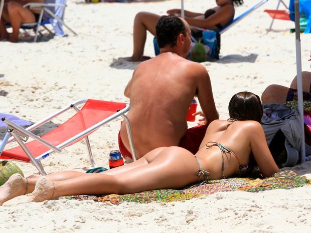 Banhista aproveita o sol na Praia do Leme (Foto: Ellan Lustosa / Futura Press / Estadão Conteúdo)