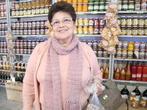 Maria Trevisan sempre visita a estância e compra doces (Foto: Jéssica Balbino/ G1)