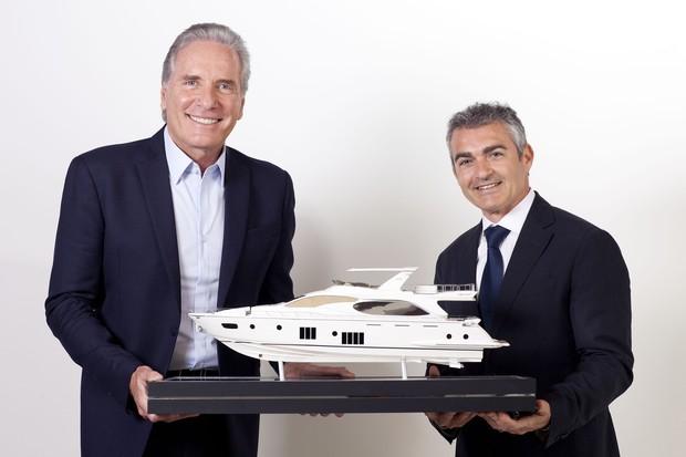 O empresário e apresentador Roberto Justus com o CEO da Azimut do Brasil Davide Breviglieri com a maquete da embarcação de 88 pés da marca. (Foto: Claudio Gatti / Divulgação )