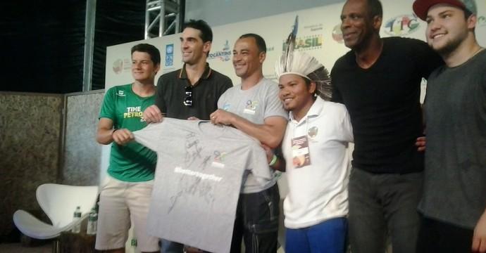 Indígenas e atletas no debate da Oca da Sabedoria (Foto: Edson Reis/ GloboEsporte.com)