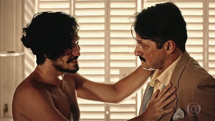 Carlos Eduardo diz que Martim não presta (Foto: TV Globo)