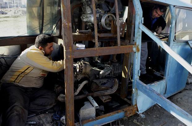 Salman gastou 30 milhões de dinares iraquianos (cerca de R$ 51 mil) na construção do helicóptero. (Foto: Khalid Mohammed/AP)