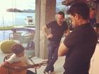 Zezé Di Camargo e Luciano vêem filho de Nívea Stelmann tocar violão