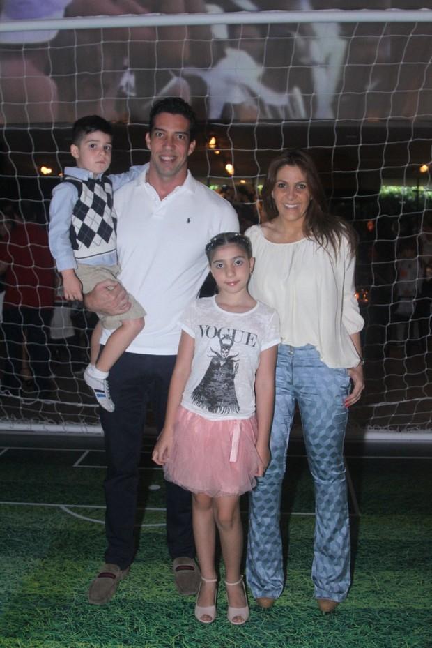 Ex-BBB Leka com o marido e os filhos (Foto: Thiago Duran/AgNews)