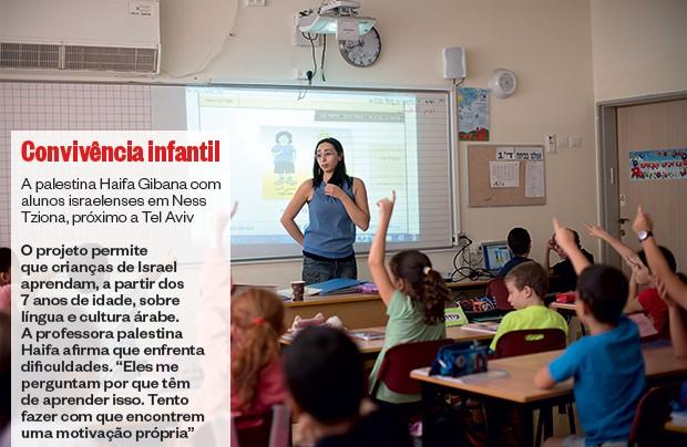 CONVIVÊNCIA INFANTIL A palestina Haifa Gibana com alunos israelenses em Ness Tziona, próximo a Tel Aviv (Foto: Bernat Armangue/ÉPOCA)