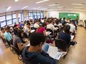SÃO PAULO - Estudantes fazem a prova da primeira fase da Fuvest na FEA-USP (Foto: Flávio Moraes/G1)