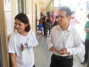 Dia de votação em Vilhena: Candidato Julinho da Rádio (PSOL) votou na Escola Estadual Álvares de Azevedo às 8h30. O candidato do PSOL compareceu a unidade escolar acompanhado de assessores. (Foto: Aline Lopes/G1)