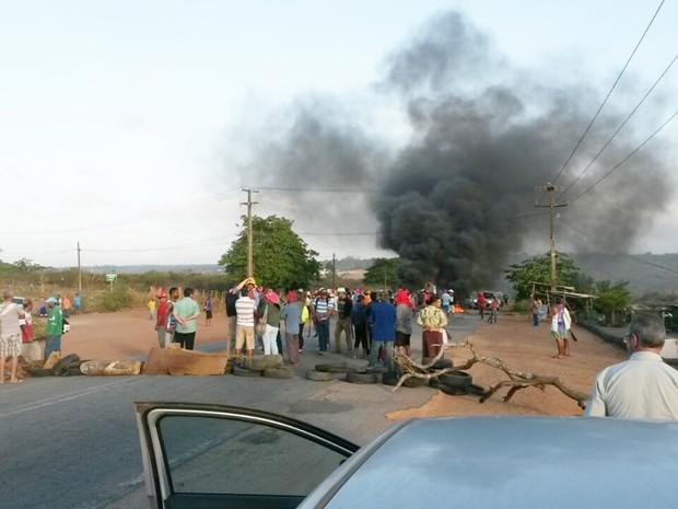 Na BR-406, pneus queimados e galhos de árvores impedem a passagem de veículos próximo ao acesso da comunidade de Massaranduba (Foto: PM/Divulgação)