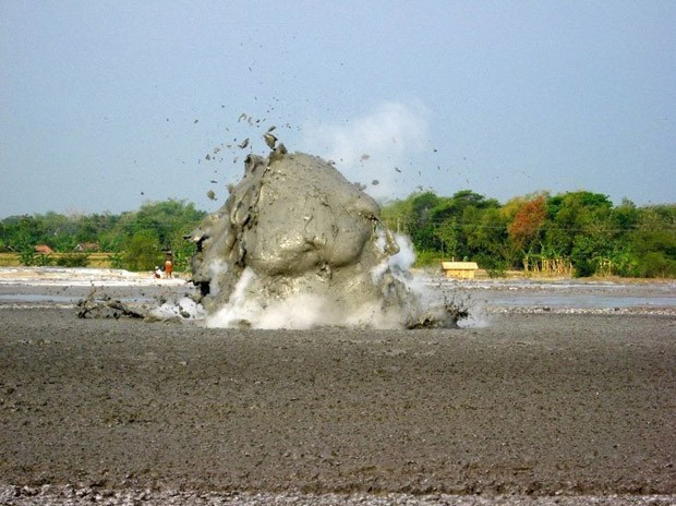 (Foto: reprodução / http://www.vagabondquest.com/asia/indonesia/friday-photo-amazing-mud-volcano-eruption-in-java-indonesia/)