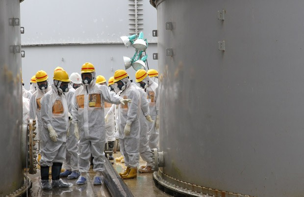 Funcionários de Fukushima inspecionam usina para verificar possíveis vazamentos. (Foto: AFP Photo/Nuclear Regulation Authority)