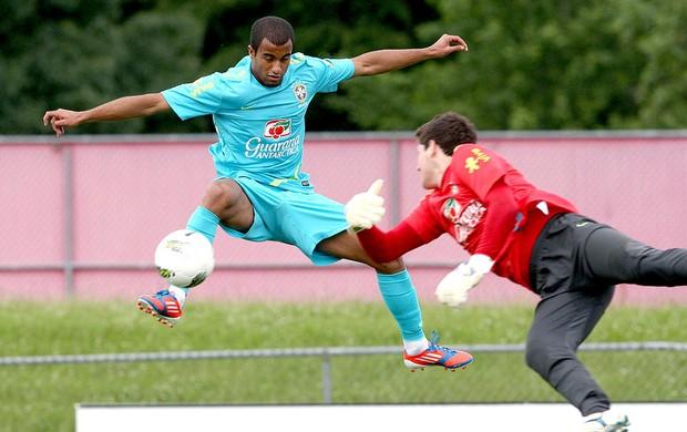 Lucas no treino da seleção brasileira (Foto: Mowa Press)