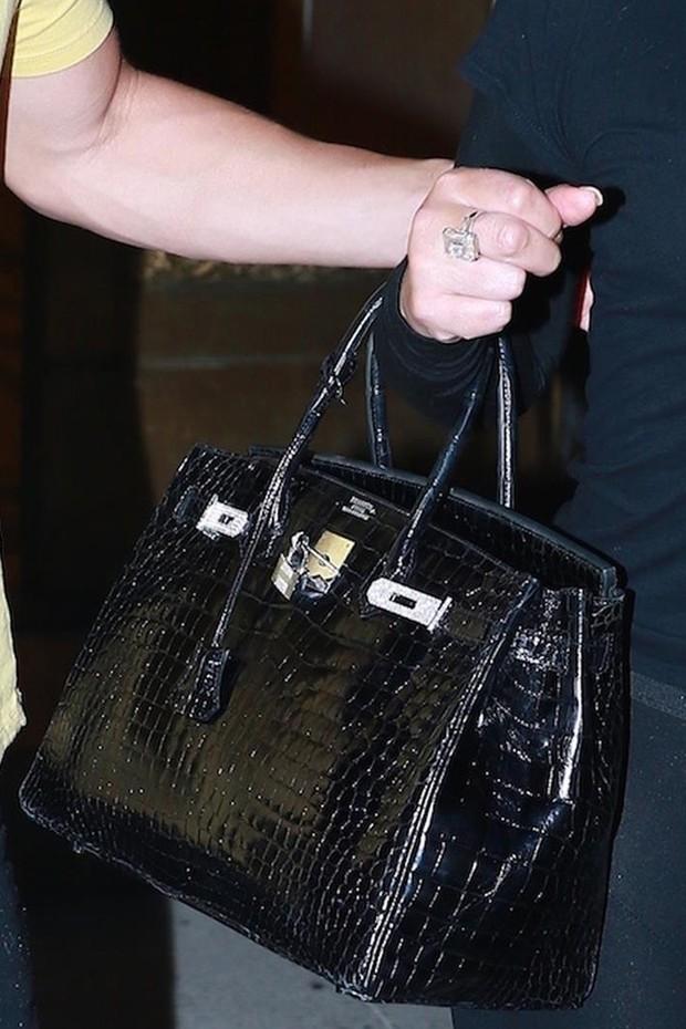 Mariah Carey com a bolsa e a aliança (Foto: AKM-GSI)