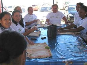 Mães em aula de bordado (Foto: Divulgação)