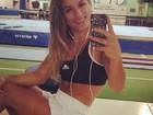 Jade Barbosa faz selfie e exibe corpo malhado